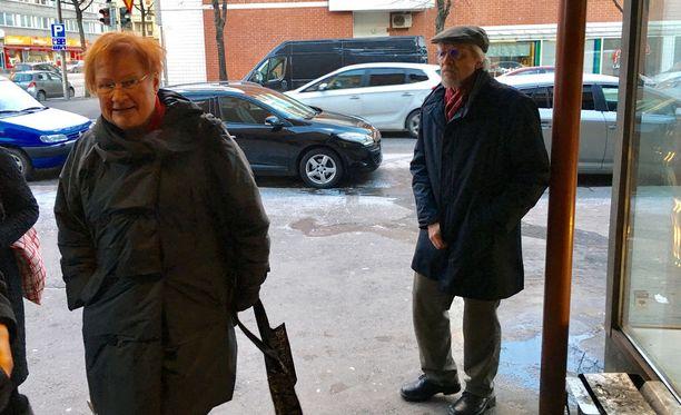 Presidentti Tarja Halonen saapui miehensä Pentti Arajärven kanssa sunnuntaina Koko-teatteriin.