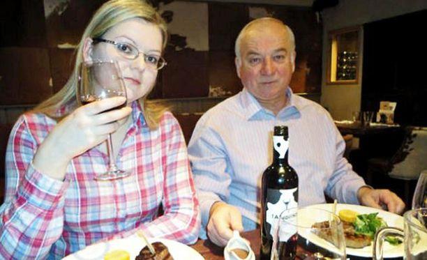Sergei ja Julia Skripal joutuivat hermomyrkkyiskun kohteeksi maaliskuun alussa. He lyyhistyivät puiston penkille ravintolakäynnin jälkeen.
