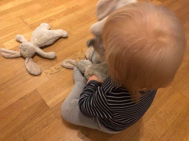 Tässä kuvassa pupuilla leikkii perheen kuopus, jolle esikoisen suosima pupumalli ei ole muodostunut erityisen tärkeäksi.