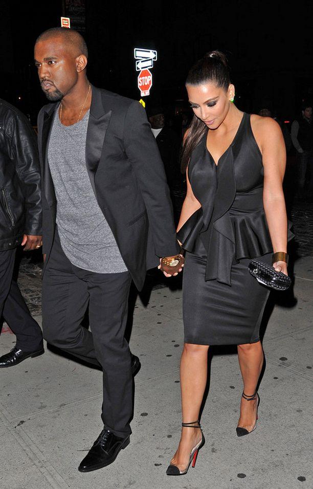 Tässä vaiheessa pidetään jo kiinni kädestä. Kimin upea pikkumusta ja Kanyen huoliteltu tyyli tekevät parista illan komeimman.