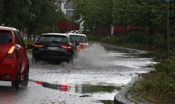 Vaarattoman näköinen vesilammikko voi olla uhka moottorille, jos vettä pääsee imuilman mukana moottorin sisään. Eikä vakuutus aina korvaa.