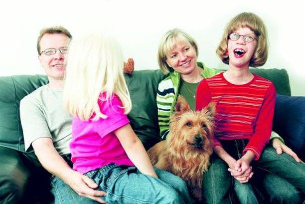 Ihana Mustosen perhe, jossa on aina avoimet ovet. Isä Juha, Pauliina, Tiina-äiti ja Vanessa. Välissä Jekku on vaatimassa itselleen laatuaikaa.