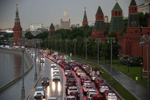 Koronarajoitusten poisto näkyi lähes välittömästi Moskovan kaduilla ruuhkina.