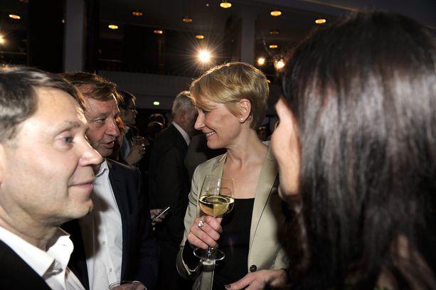Vuonna 2011 Hjallis jännitti eduskuntavaalien tulosta. Ex-vaimo Leena pääsi läpi. Etualalla vasemmalla Leenan nykyinen miesystävä, toimitusjohtaja Timo Kousa.