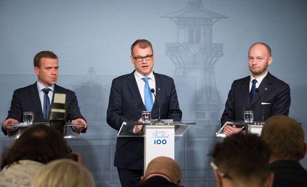 Hallituksen työllisyystavoite on TEM:n mukaan toteutumassa. Kuvassa hallituksen johtotrio Petteri Orpo (kok), Juha Sipilä (kesk) ja Sampo Terho (sin).