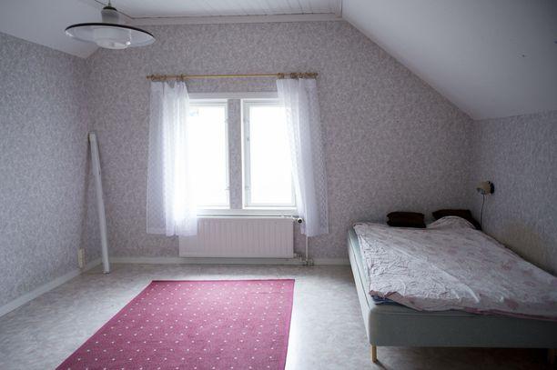 Yläkerrassa on kolme asuinkelpoista makuuhuonetta.