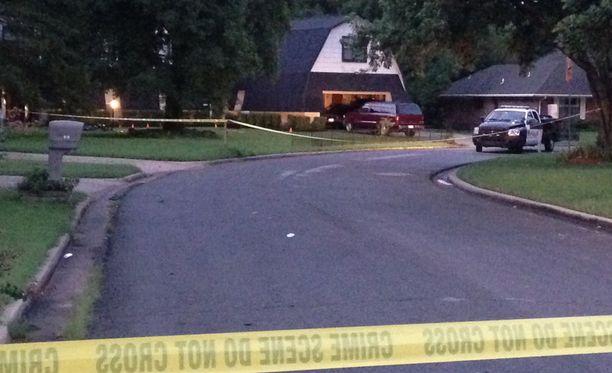 Poliisikoira löysi epäillyt perheen kotitalon takana olevasta metsiköstä.