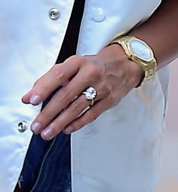 Justin antoi Haileylle sormuksen, jota koristaa valtava 6-8 karaatin timantti.