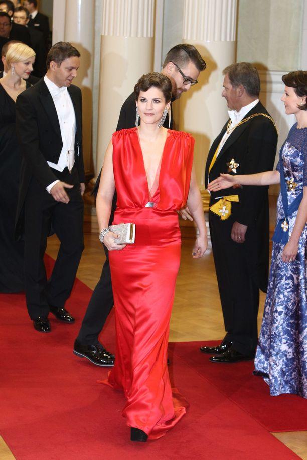 Näyttelijä Maria Ylipään selästä paljas iltapuku kohahdutti rohkeudellaan vuonna 2012. Upea puku huokui vanhan ajan Hollywood-glamouria.