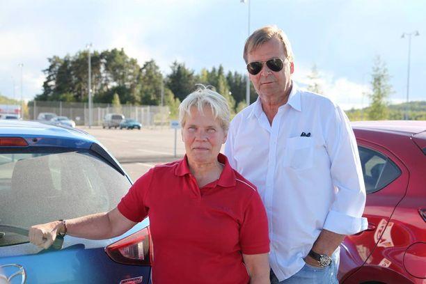 Minna Sillankorva, rallin naisten maailmanmestari vm. -91, ja 19 MM-osakilpailua voittanut Markku Alén ottivat toisistaan mittaa pihistelykisassa.