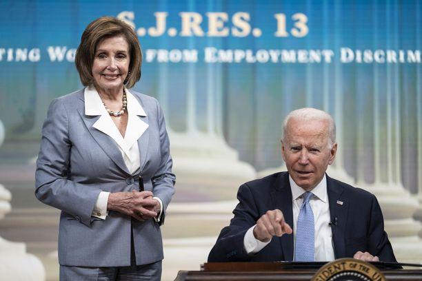 Viime viikolla Pelosi kritisoi Bidenia reagoinnin puutteesta. Tällä viikolla puhemiehellä oli eri ääni kellossa.
