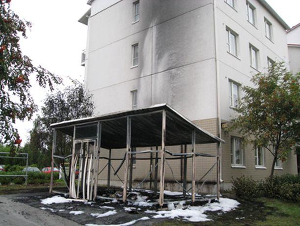 Tampereen Jankassa roihunnut roskakatos vaurioitti talon päätyseinää.