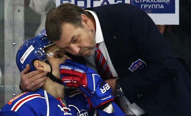 SKA:n päävalmentaja Oleg Znarok on suututtanut radiopuhelimen käytöllään aiemminkin.