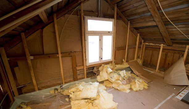 Koko talo Kosteusvahinko ei rajoittunut vain portaikkoon, vaan koko talon yläkerran rakenteet olivat kostuneet. Veera Kannosto ehti asua Janne Katajalta ostamassaan talossa vain kuukauden päivät.