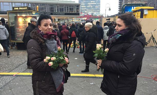 Berliiniläiset Hava Rossberg ja Sanny Rossberg tulivat tiistaina iskun tapahtumapaikalle tuomaan kukkia iskussa kuolleiden uhrien muistoksi.