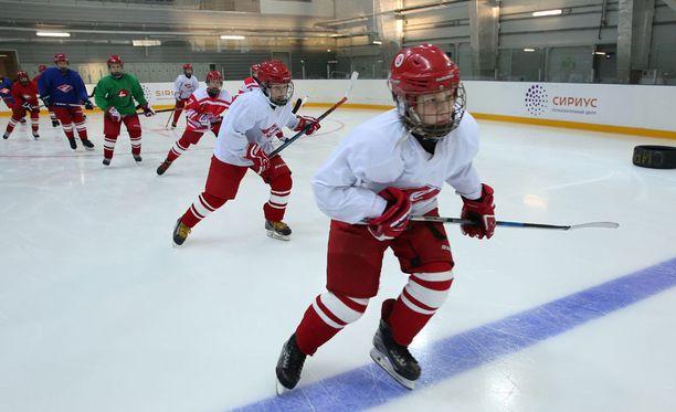 Jääkiekkojuniorien peluutussysteemissä on selkeät säännöt Suomessa: harraste- ja haastajatasolla kaikki pelaavat yhtä paljon, kilpatasolla valmentaja päättää peluutuksesta. Kuvituskuva.
