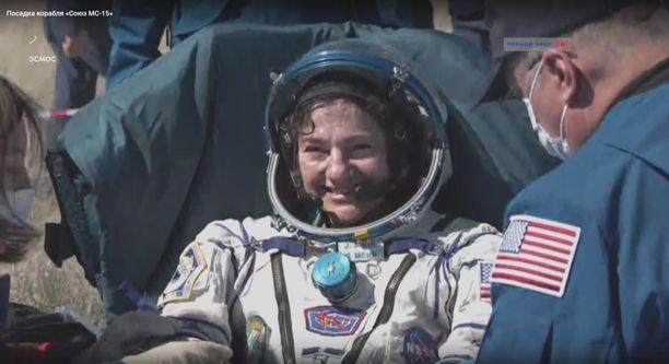 Jessica Meir hymyili perjantaiaamuna päästyään turvallisesti maan pinnalle.