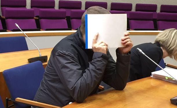 Itä-Tampereen törkeistä lapsen seksuaalisista hyväksikäytöistä syytetty mies peitti kasvonsa syyskuussa 2017.