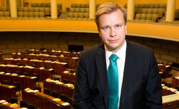 Antti Kaikkonen (kesk) valittiin ulkoasianvaliokunnan johtoon. Viime vaalikaudella tehtävää hoiti Timo Soini (ps).