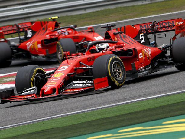 Sebastian Vettel on saanut kaasutella tallimääräyksien ansioista Charles Leclercin edellä, vaikka nuori monacolainen on ollut konkarikuskia nopeampi alkukaudella.