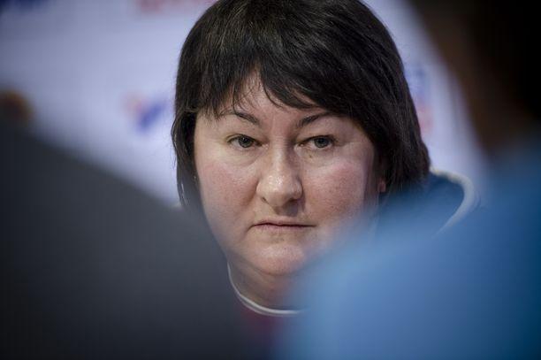 Jelena Välbe ei ollut erityisen hyvällä tuulella tiistaina Seefeldissä Venäjän hiihtoporukan lehdistötilaisuudessa.