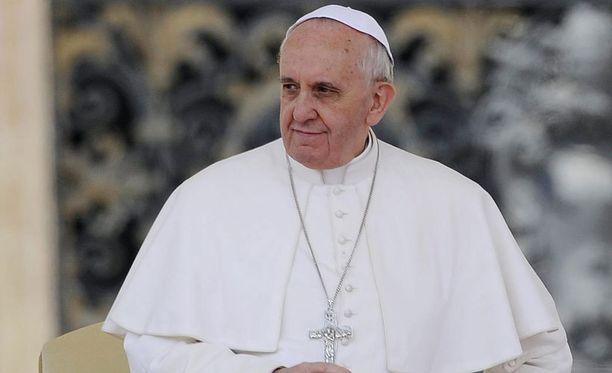 Paavi vedettiin mukaan väittelyyn.