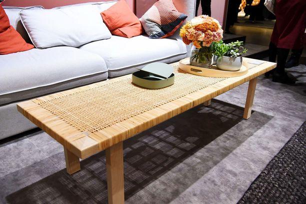 Pitkä rottinkisohvapöytä on sekä kotoisa että trendikäs ratkaisu olohuoneeseen. Stockholm 2017, 99 euroa, Ikea