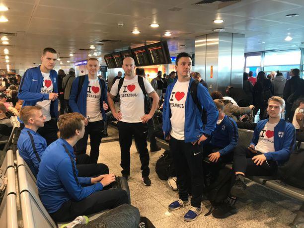 Futsalmaajoukkue täydensi vaatereserviään Istanbulissa.