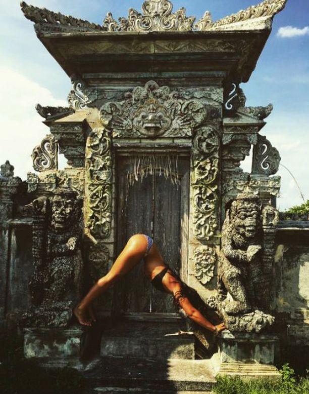Tämä tanskalaisnaisen poseeraus balilaisen hinduismin kaikkein pyhimmälle jumalalle omistetulla temppelillä oli viranomaisille liikaa.