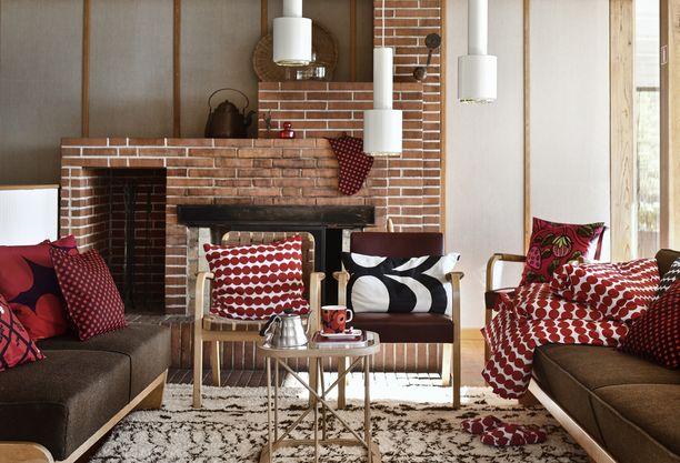 Punavalkoisen tyynynpäällisen kuvio on räsymatto, mustavalkoisen Kaivo.
