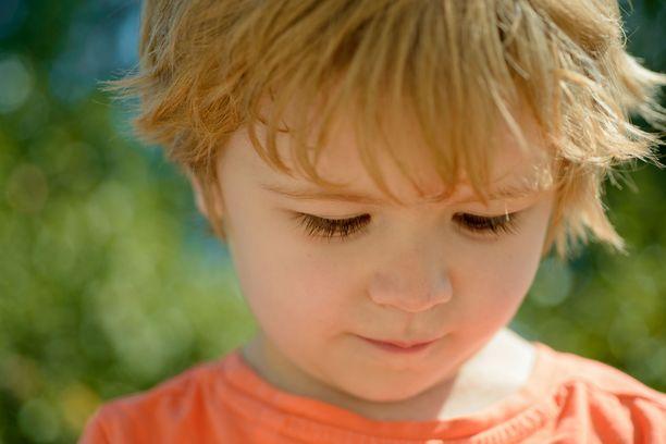 Introvertin sisäinen viritystila on syntymästä asti korkeammalla tasolla kuin ekstrovertilla. Siksi introverttiä ulkoiset virikkeet häiritsevät ja rasittavat enemmän kuin ekstroverttia.