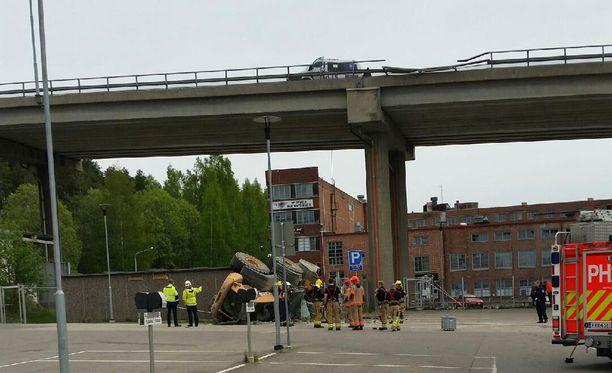 Pyöräkuormaaja putosi sillalta Lahdessa.