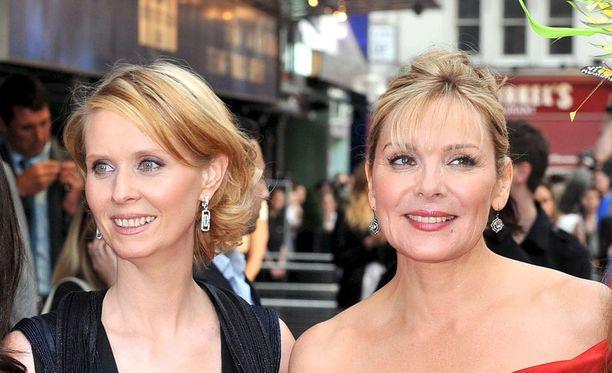 Sinkkuelämää-tähti Kim Cattrall ei antanut tviitissään innostunutta vaikutelmaa näyttelijäkollega Cynthia Nixonin kuvernööripyrkimyksille. Kuvassa kaksikko Lontoossa toukokuussa 2008.