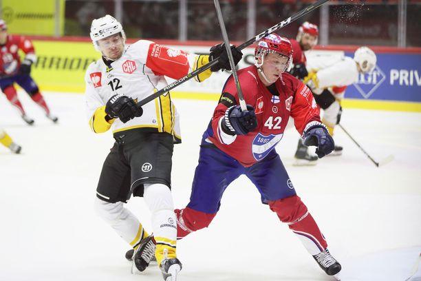 Skellefteån Adam Pettersson ja HIFK:n Teemu Eronen miekkailivat ottelun tiimellyksessä.