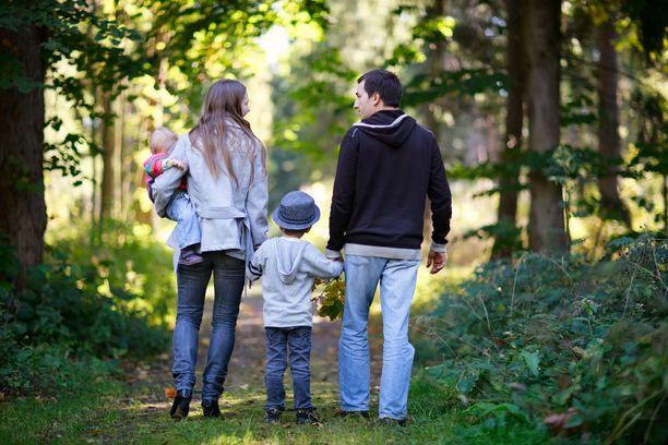 Tutkimuksen mukaan suomalaisten luottamus perheeseen on vahvaa riippumatta iästä, koulutustaustasta tai asuinpaikasta. Kuvituskuva.