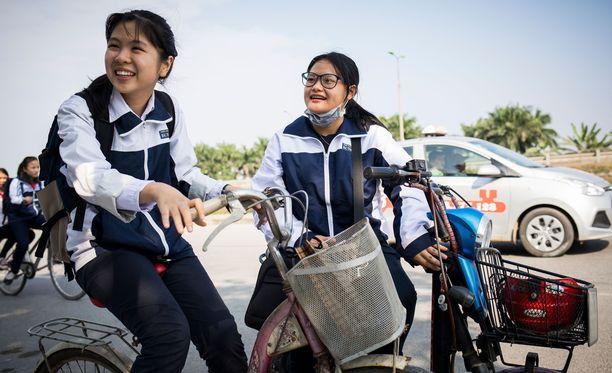 Goc (vas.) ja Ban osallistuvat koulussa kerhoon, jonka tarkoituksena on vahvistaa tyttöjen itseluottamusta. Molempia on ahdisteltu seksuaalisesti julkisessa tilassa.