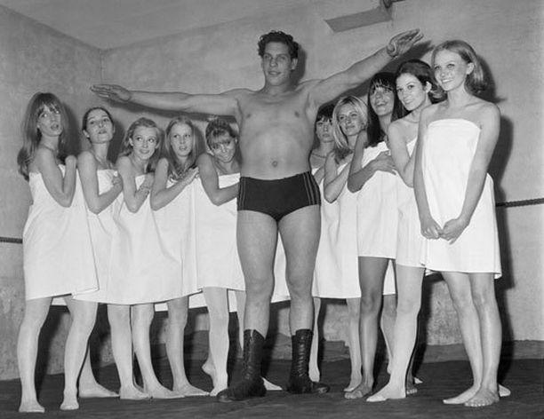 André the Giant saavutti 223,5 sentin pituuden 19-vuotiaana. Kuva vuodelta 1966.