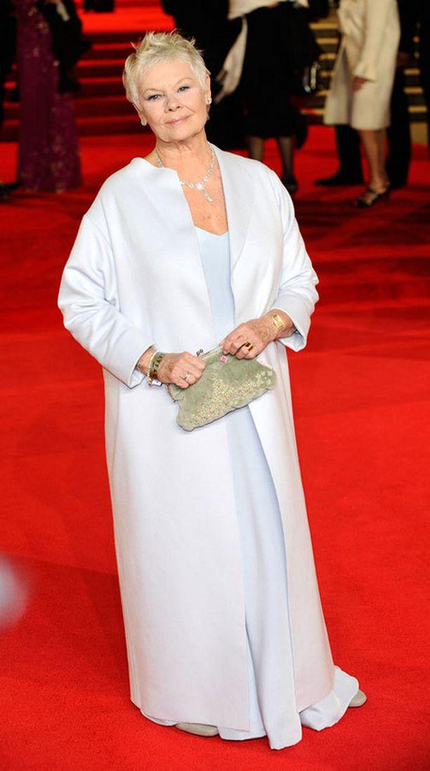 Dame Judi Dench osoitti, että vanhempikin nainen voi pukeutua tyylikkäästi punaisella matolla.