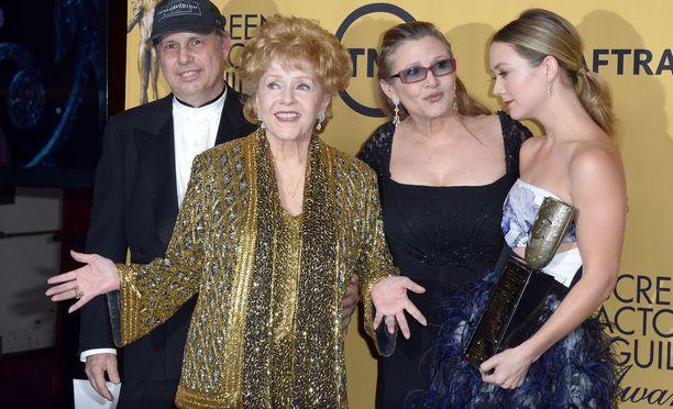 Näyttelijä Debbie Reynolds juhlisti Screen Actors Guild -elämäntyöpalkintoaan vuonna 2015 lastensa Carrie ja Todd Fisherin sekä Carrien tyttären Billie Lourdin kanssa. Carrie kuoli 27. joulukuuta 2016 ja Debbie vain päivää myöhemmin.