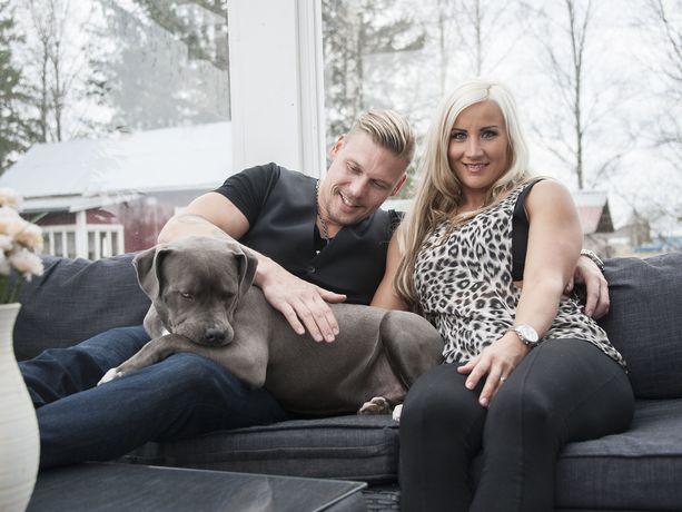 Aki Manninen puolisonsa Ritan ja Putin-koiran kanssa.
