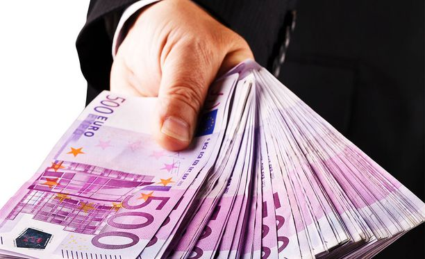 Helsingin Sanomien selvityksen mukaan Helsingin pörssin suurten yhtiöiden toimitusjohtajien palkat ja rahabonukset nousivat viime vuonna jälleen uuteen ennätykseen.