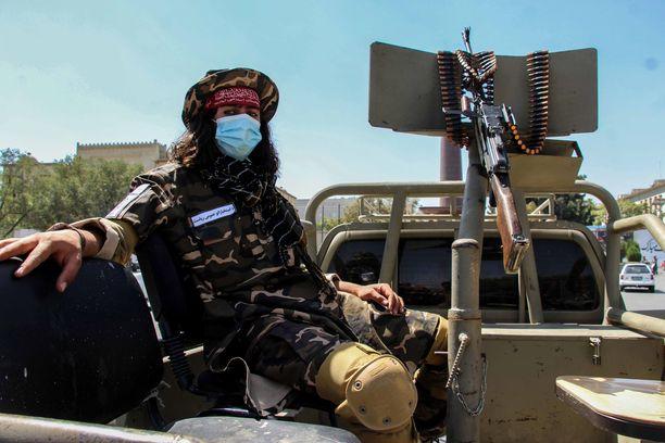 Talibanin vartija Kabulissa keskiviikkona.