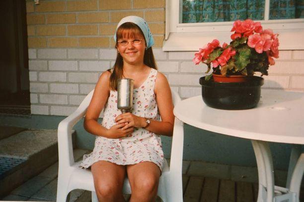 Kotkan Meripäivien lasten laulukilpailun voittaja Saara Aalto pokaalinsa kanssa vuonna 1998.