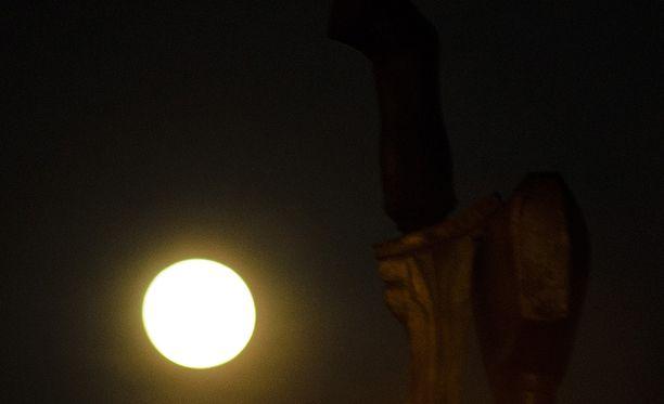 Kuvituskuva. Kuunpimennys alkaa maanantaina ennen kuin Kuu on noussut Suomessa horisontin yläpuolelle.