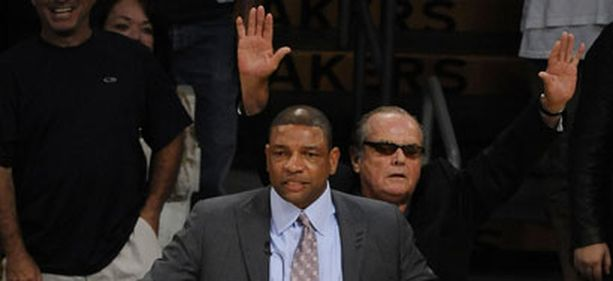Jack Nicholson hurrasi Lakersin voitolle. Edessä Celtics-luotsi Doc Rivers.