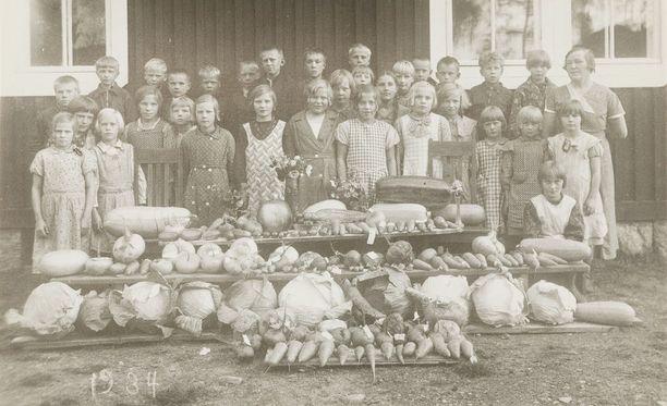 Valokuvanäyttelyn kuvat kertovat suomalaisen kouluruokailun eri vaiheista. Koululaisilla oli 1930- ja 1940-luvuilla lakiin kirjattu velvollisuus tuoda ruokatarpeita kotoa koulukeittolalle.