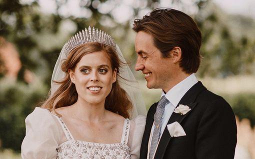 Sarah Ferguson jakaa prinsessa Beatricen ennennäkemätöntä hääkuvaa