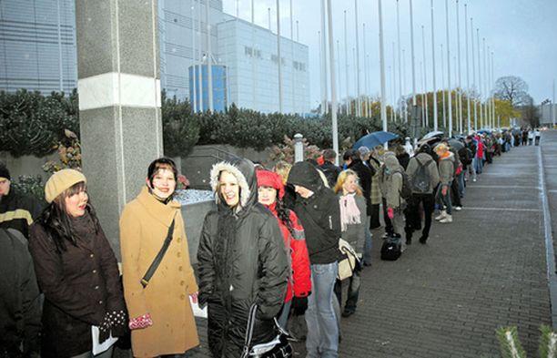 Sadat Idols-osallistujat värjöttelivät tuntikausia päästäkseen koelauluun Tampereella.