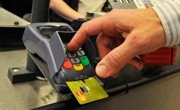 Vanhuksen pankkikortti haettiin miehen kotoa.