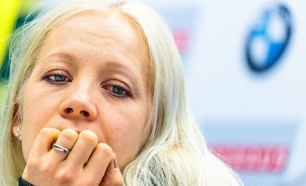 Kaisa Mäkäräinen oli maanantaina suksitallinsa Fischerin lehdistötilaisuudessa MM-kisapaikkakunnalla Hochfilzenissä.